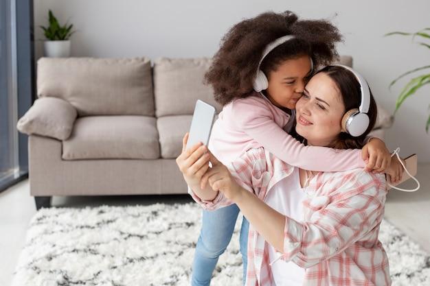Dochter blij om thuis te zijn met moeder