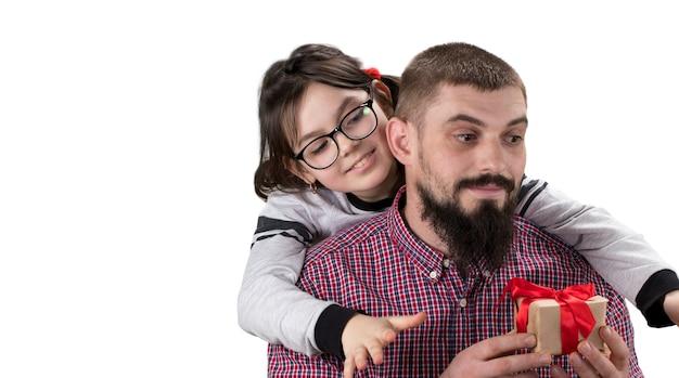 Dochter die een geschenk maakt aan haar vader geïsoleerd op een witte achtergrond met kopie ruimte. concept van vaderdag.