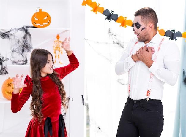 Dochter die haar vader bang maakt voor halloween