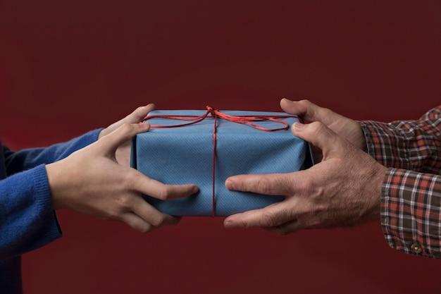 Dochter die haar vader een geschenk geeft