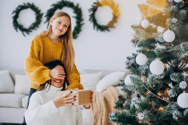 Dochter die huidige verrassing voor moeder op kerstmis maakt
