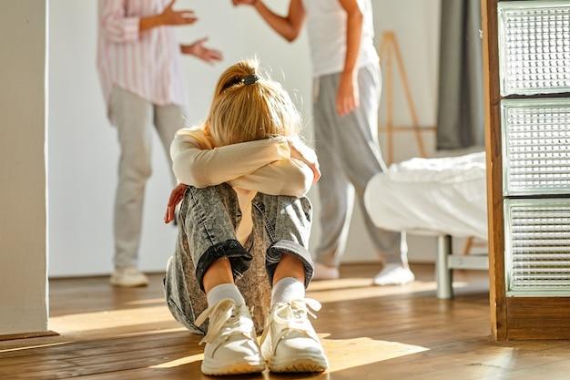 Dochter die lijdt aan ruzie van de ouders, huiselijk geweld en concept van gezinsconflicten