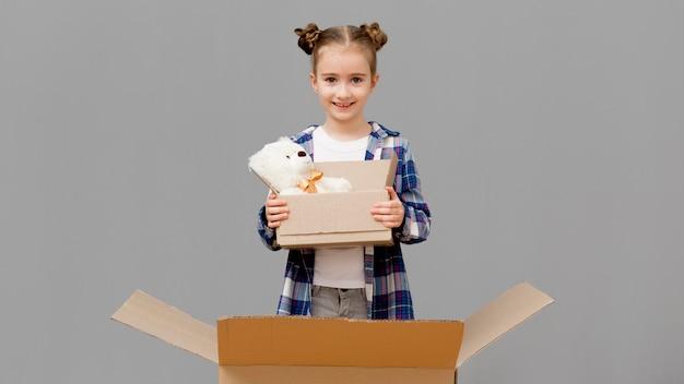 Dochter die met verpakkingsdozen helpt
