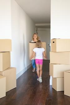 Dochter die moeder helpt om naar een nieuw appartement te verhuizen