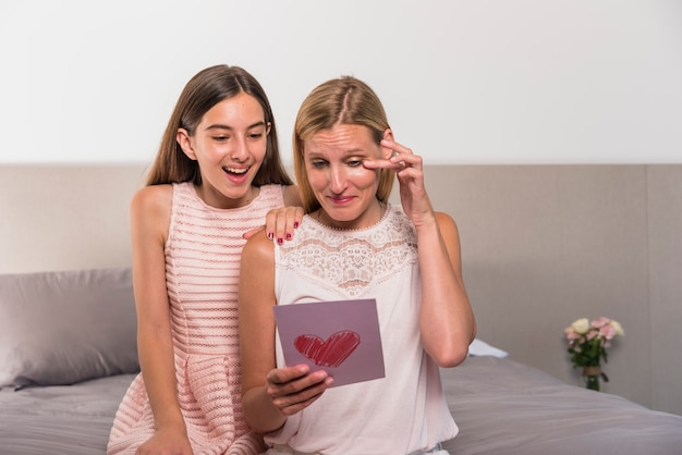 Dochter en getroffen tot tranen moeder lezen wenskaart