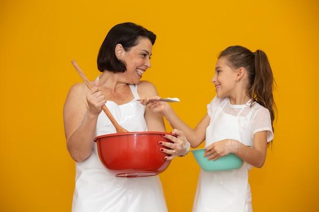 Dochter en moeder die een recept voorbereiden