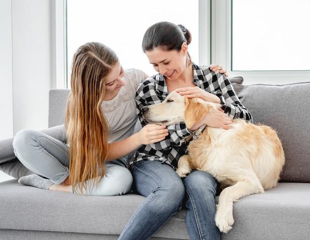 Dochter en moeder naast hond