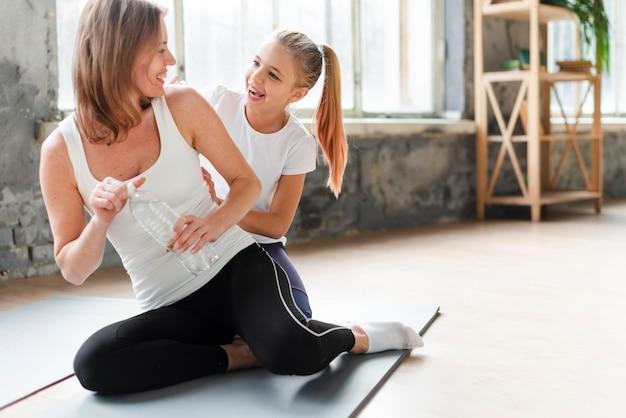 Dochter en moeder op yoga mat