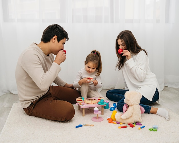 Dochter en ouders spelen thuis samen