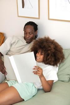 Dochter en vader die samen een boek lezen