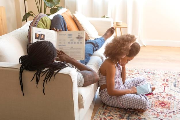 Dochter en vader die thuis ontspannen
