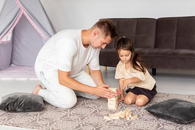 Dochter en vader spelen een spel