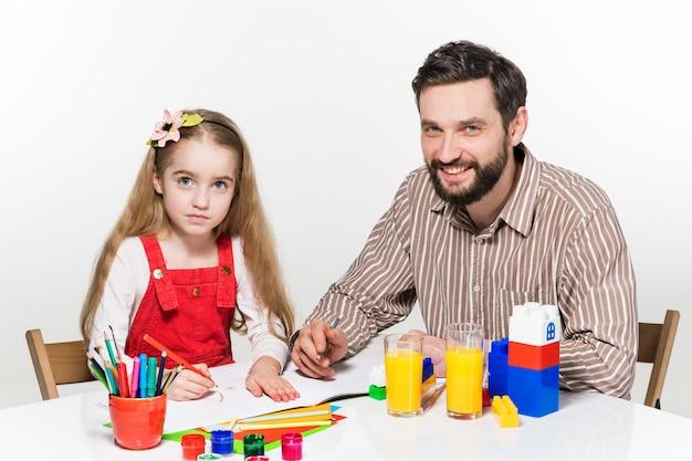 Dochter en vader tekenen samen