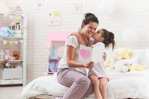 Dochter feliciteert haar moeder