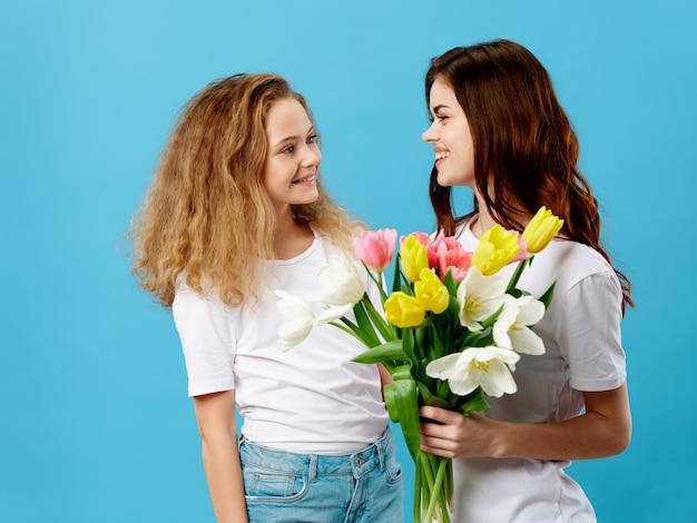 Dochter geeft bloemen boeket aan haar moeder als cadeau voor moederdag