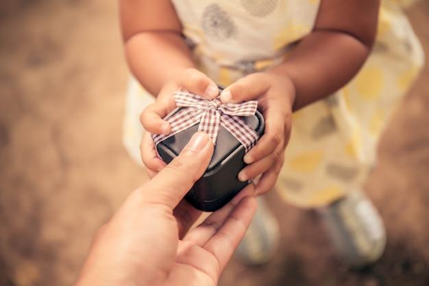 Dochter geeft een cadeau aan papa. vaderdag.
