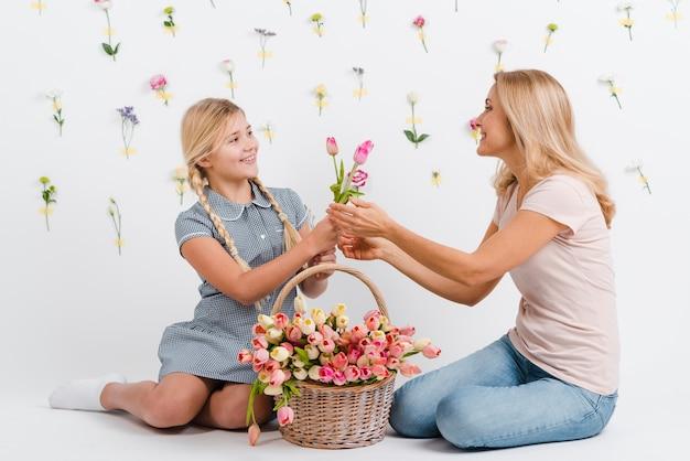 Dochter geven aan moeder bloemen