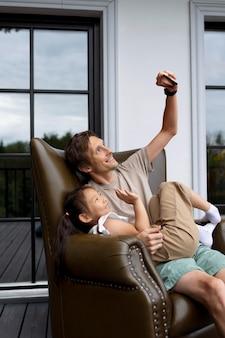 Dochter heeft een videogesprek met haar moeder naast haar vader