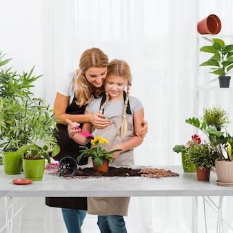 Dochter helpt moeder in kas