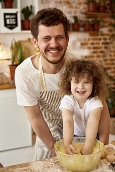 Dochter helpt vader in de keuken