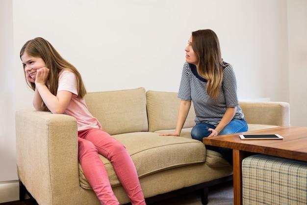 Dochter het negeren van haar moeder na een ruzie in de woonkamer