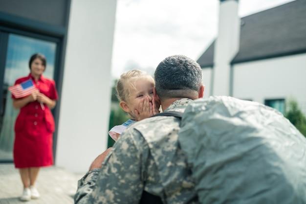 Dochter huilen. dochter huilt van geluk terwijl ze papa terug naar huis ziet na militaire dienst