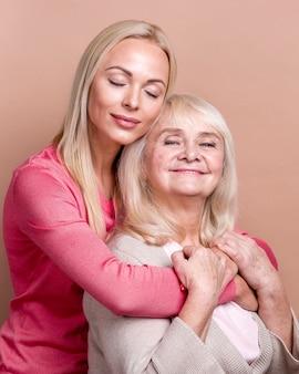 Dochter knuffelen haar moeder met haar ogen dicht