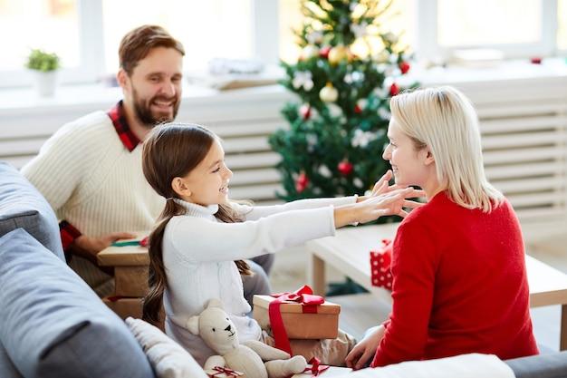 Dochter knuffelen haar moeder op eerste kerstdag
