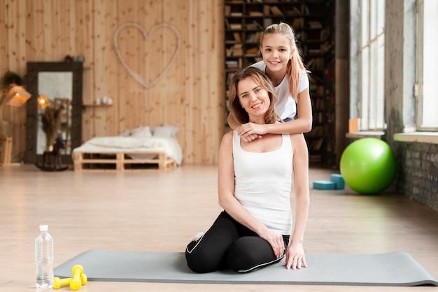 Dochter knuffelen moeder in sportschool