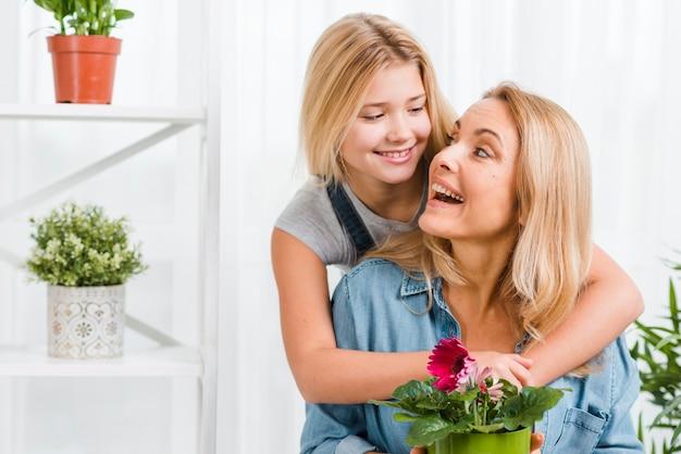 Dochter knuffelen moeder