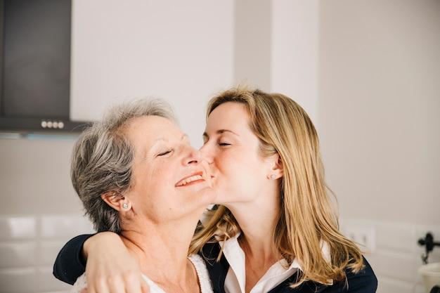 Dochter kussende mamma op moedersdag
