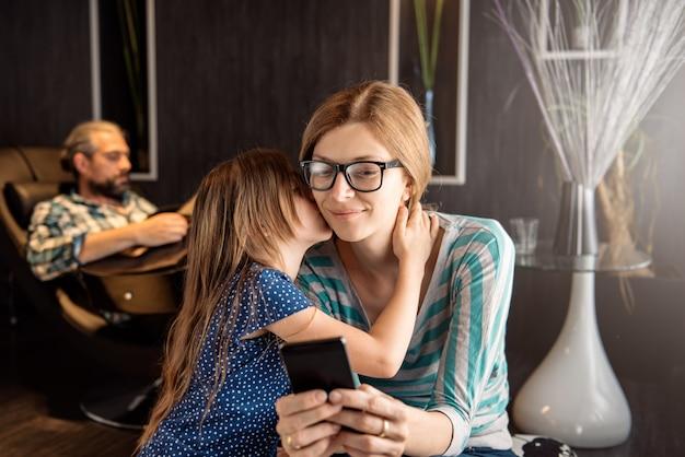 Dochter kuste haar moeder