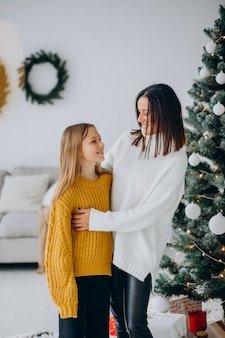 Dochter met moeder bij de kerstboom