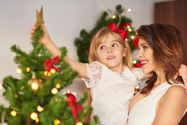 Dochter met moeder hoogste kerstboom