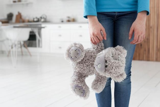 Dochter met teddybeer verdrietig voor het uiteenvallen van de familie