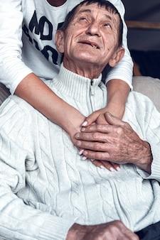 Dochter ondersteunt en zorgt voor haar bejaarde vader tijdens quarantaine