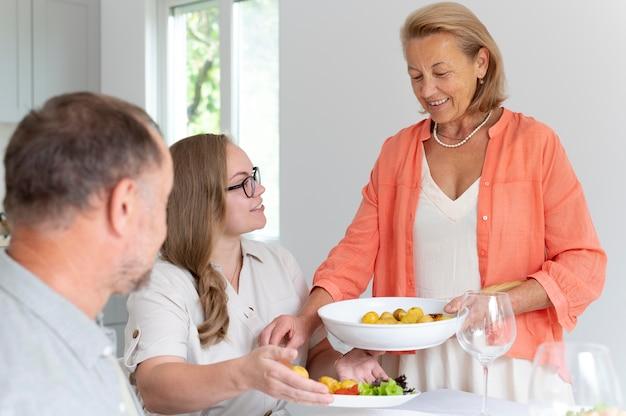 Dochter op bezoek bij haar ouders thuis