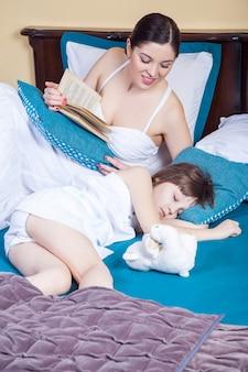 Dochter slaapt, moeder leest boek en zoekt kind. studio opname