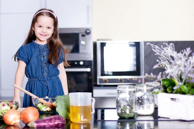 Dochtertje kookt in de keuken