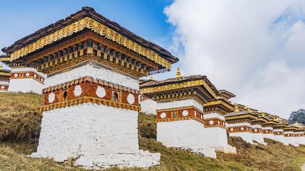 Dochula passeert 108 chortens van de bhutanese soldaten in thimphu, bhutan