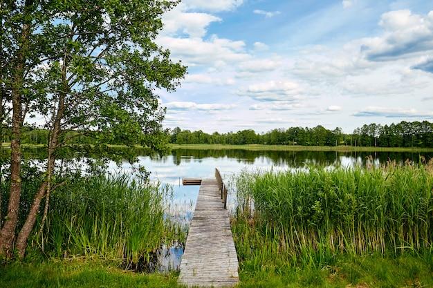 Dock aan de oevers van de rivier, lucht reflectie in water