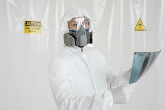 Doctor epidemiologist onderzoekt röntgenfoto