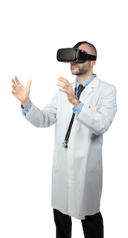Doctor gebruikt een virtual reality-bril om een operatie te simuleren.