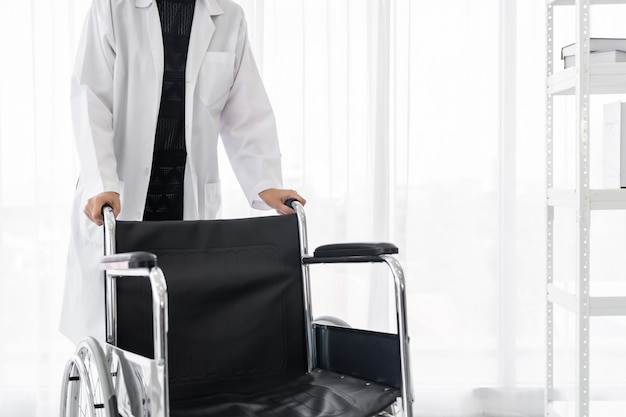 Doctor hold rolstoel