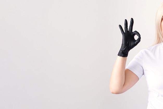 Doctor in een medisch masker en groene rubberen handschoenen. virus, coronavirus. bescherming. steriele apparatuur voor de medische en schoonheidsindustrie. kopieer ruimte
