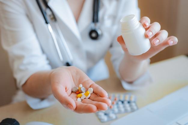 Doctor's hand een handvol pillen