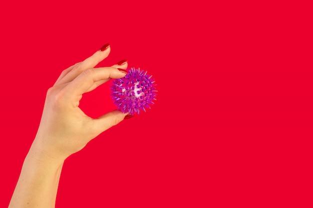 Doctor's hand met virus van covid-19 nieuw coronavirus op rood