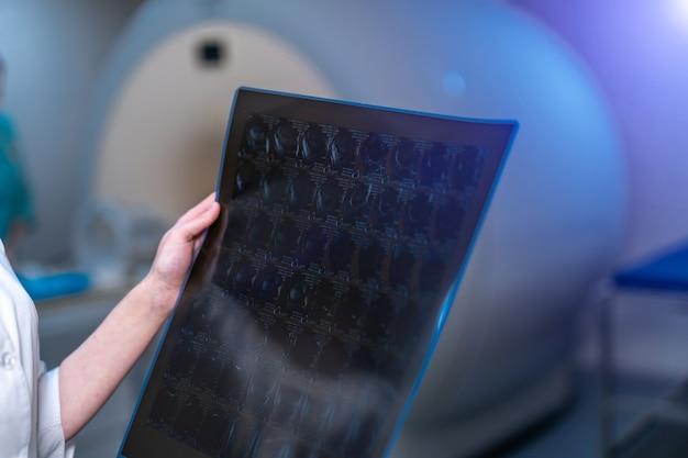 Doctor's handen met comtuter tomografie. medische kamer achtergrond.