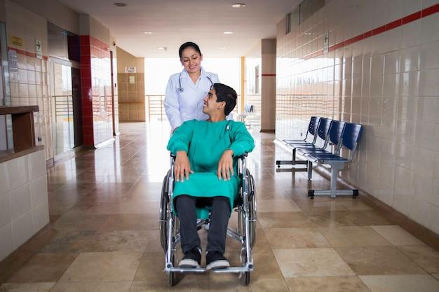 Doctora y pasiente con silla de ruedas, horizontaal. 2