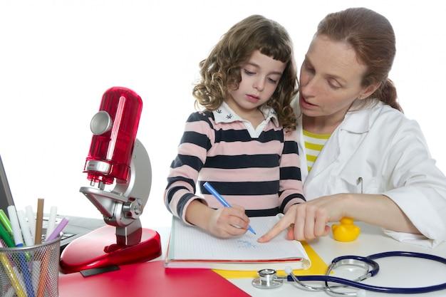 Doctoraat natuurwetenschappen die de schoolleerling onderwijzen